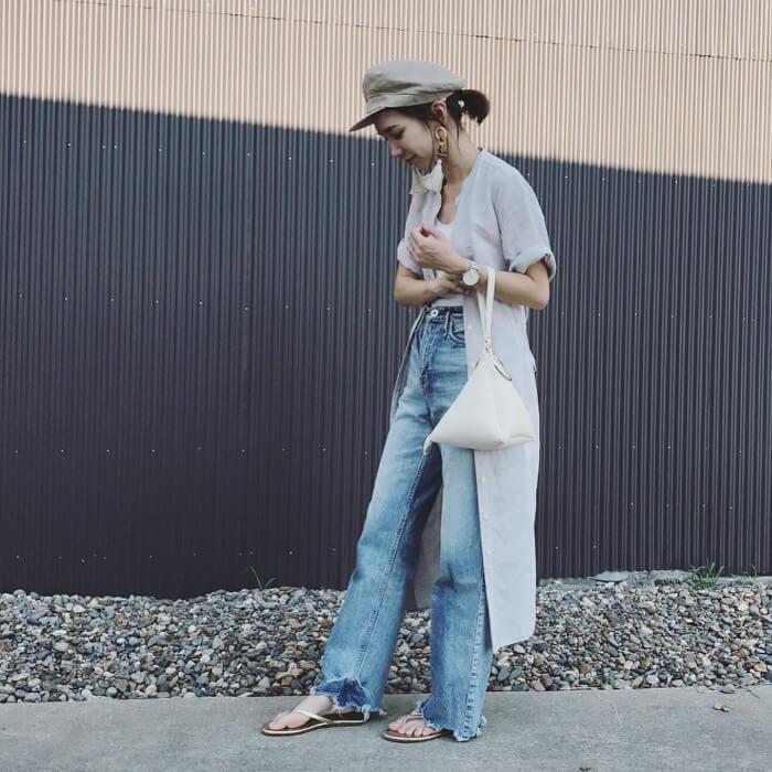 ベージュキャスケット×ライトグレーシャツ×ジーンズの帽子コーデ画像