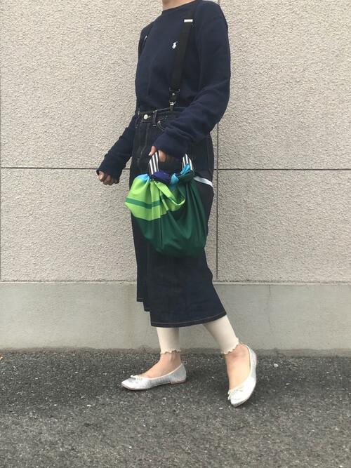 デニムスカート×リブ編み白レギンスのコーデ画像