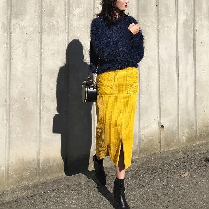 ネイビーシャギーニット×イエローコーデュロイタイトスカートのコーデ画像
