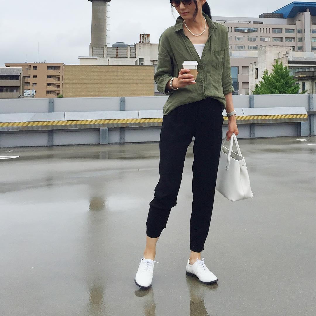 ショガーパンツ×カーキシャツのコーデ画像