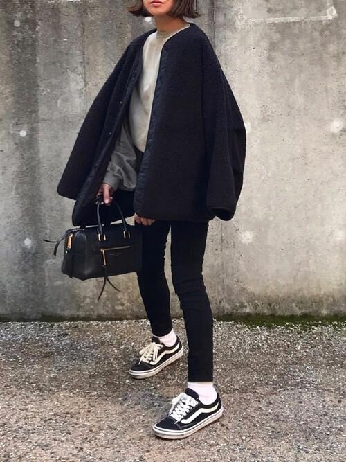 ボアジャケットと黒スキニージーンズのコーデ画像
