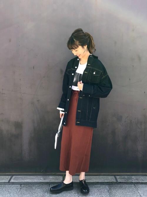 オーバーサイズ黒デニムジャケットとブラウンのニットスカートとプリントTシャツのコーデ画像