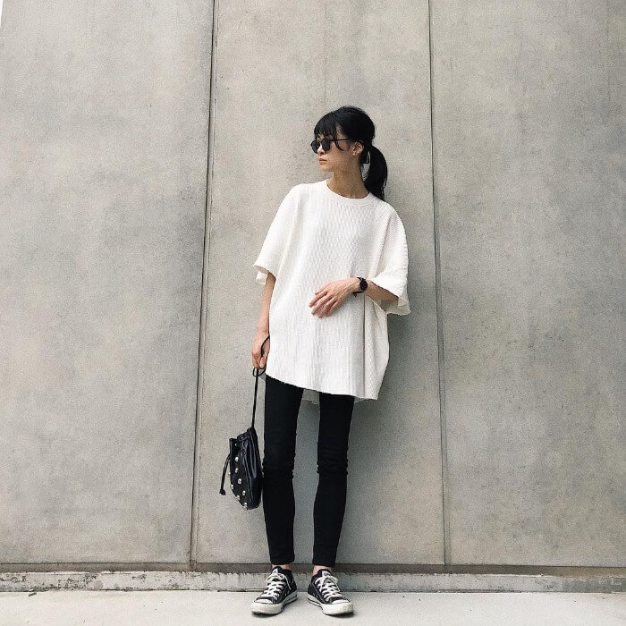 白Tシャツ×黒スキニーのコーデ画像