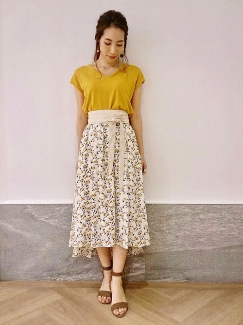 マスタード色のーニット×白の小花柄フレアスカートのコーデ画像