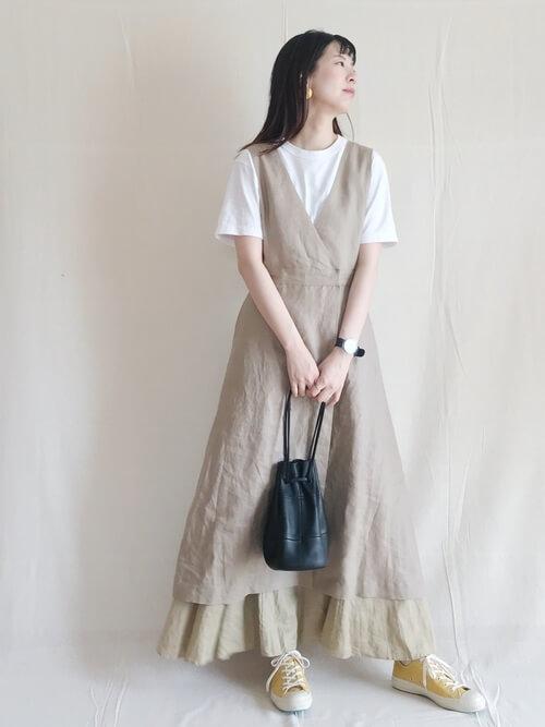 Vネックベージュワンピース×ホワイトTシャツのコーデ画像