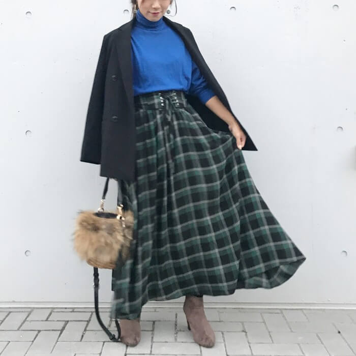 チェック柄のロングスカートとベージュのブーツのコーデ画像