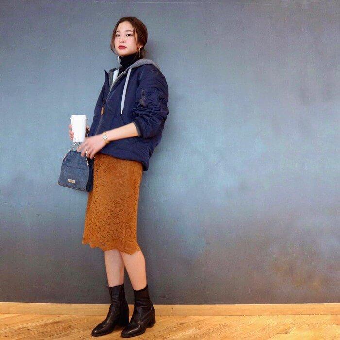 ネイビーブルゾン×茶色レースタイトスカートのコーデ画像