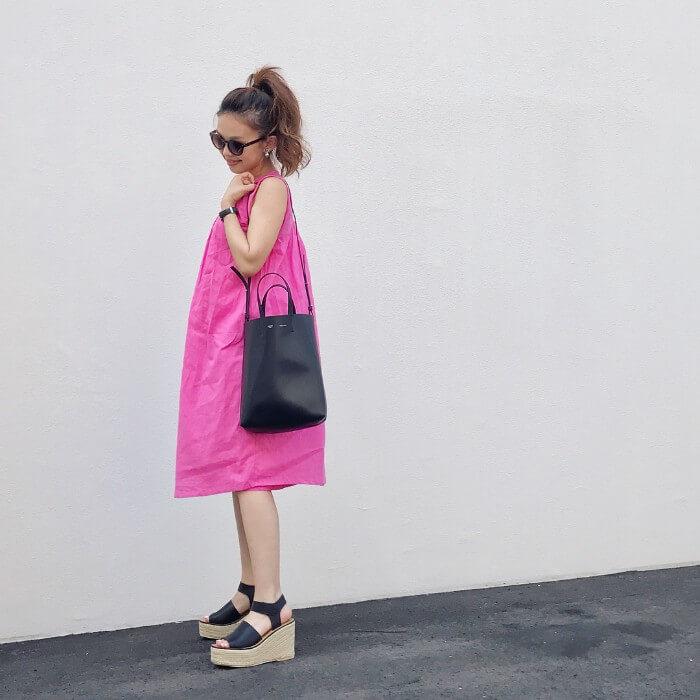 ショッキングピンクのカジュアルワンピースのコーデ画像
