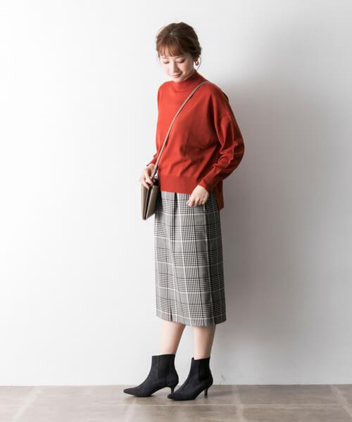 テラコッタニット×グレーチェックタイトスカートのコーデ画像