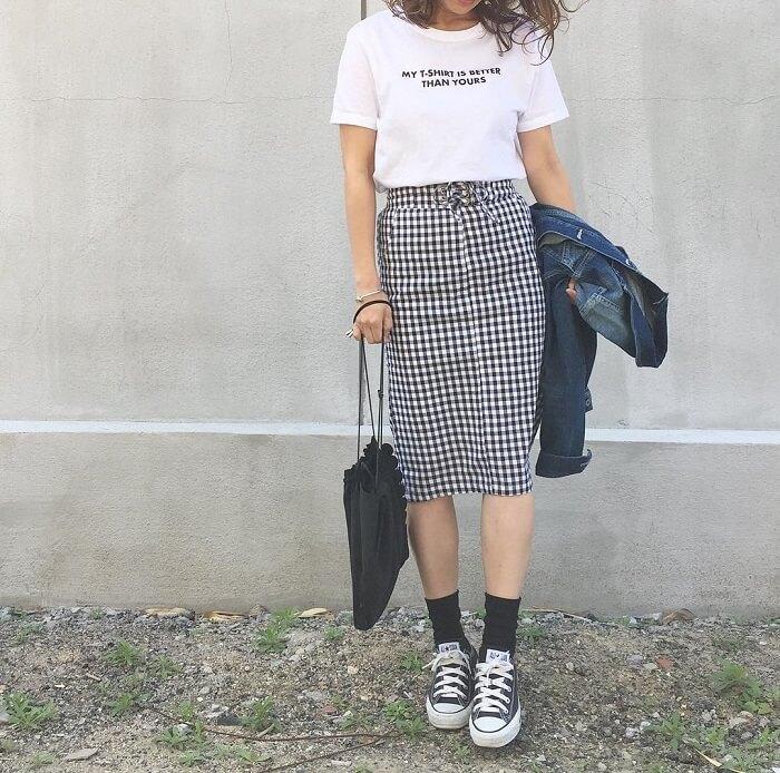 白Tシャツ×ギンガムチェックのタイトスカート×スニーカーのコーデ画像