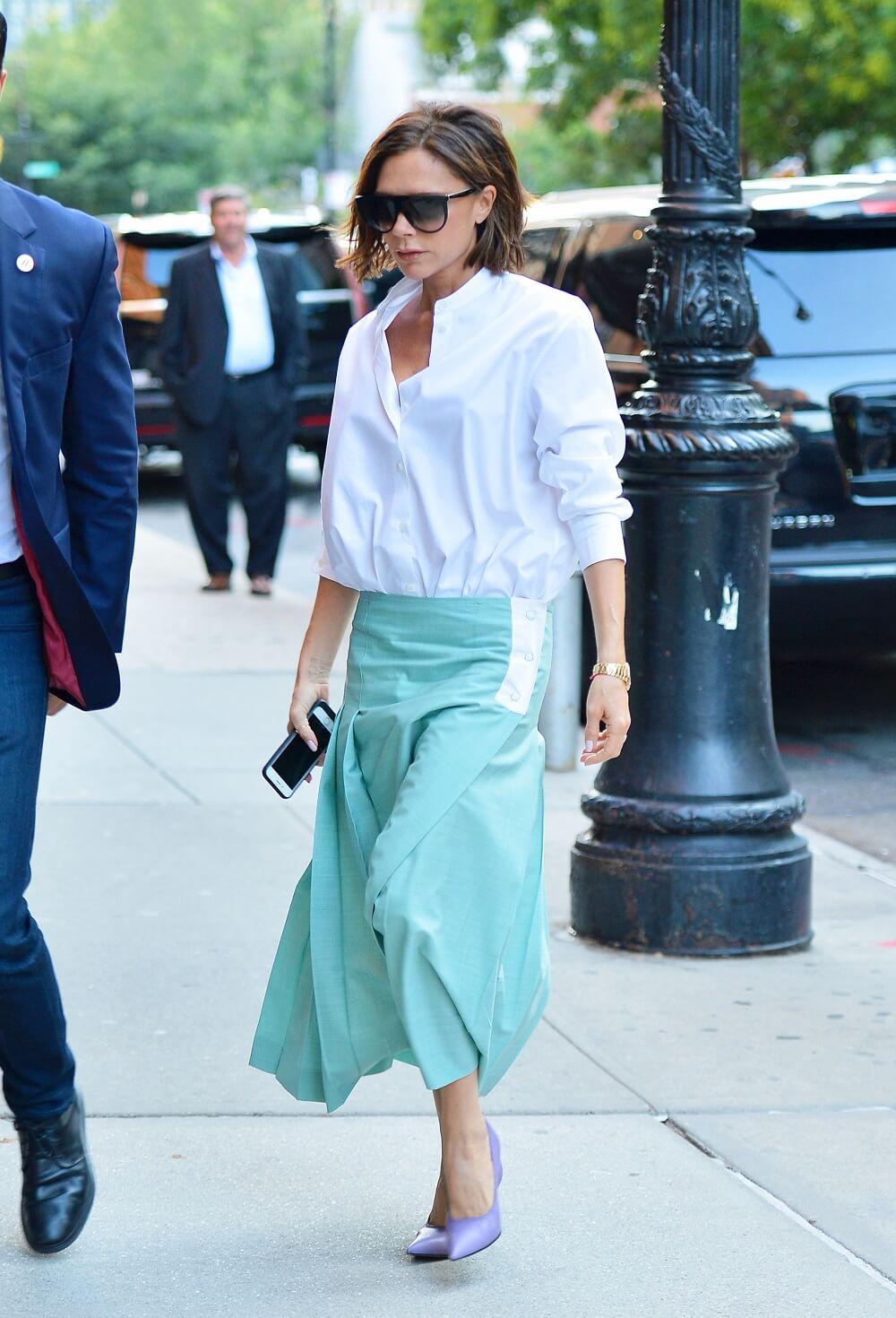 ヴィクトリア・ベッカムの私服ファッション写真(白シャツ)