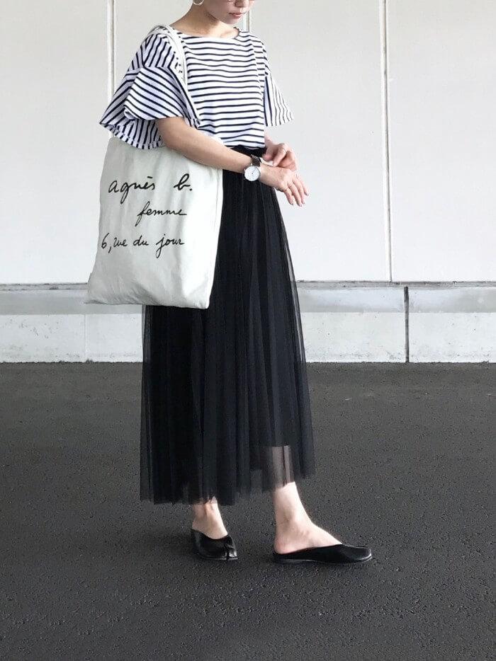 黒チュールロングスカート×ラッフルスリーブトップスのコーデ画像