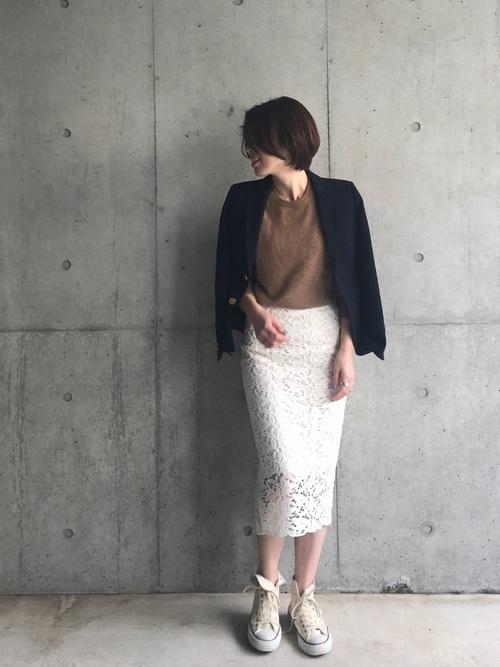 紺ブレ×白レースタイトスカートのコーデ画像