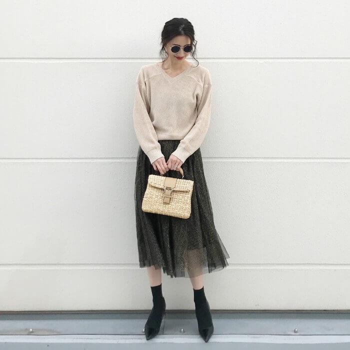 ベージュニット×黒チュールスカートのコーデ画像