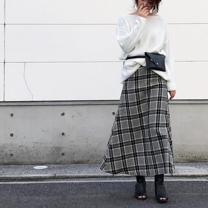 グレーチェック柄フレアスカート×白ニットのコーデ画像