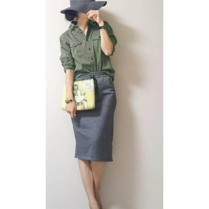 カーキシャツとグレースウェットスカートのコーデ画像