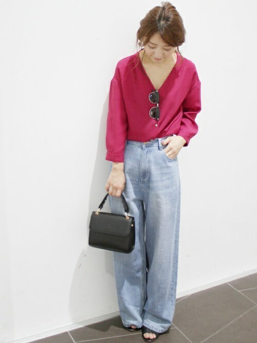 ピンクシャツ×フルレングス丈ワイドデニムパンツのコーデ画像
