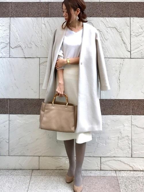 白タイトスカート×ベージュタイツのコーデ画像