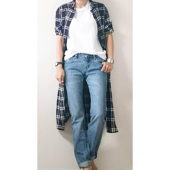 タータンチェックシャツワンピ×白T×デニムパンツのコーデ画像