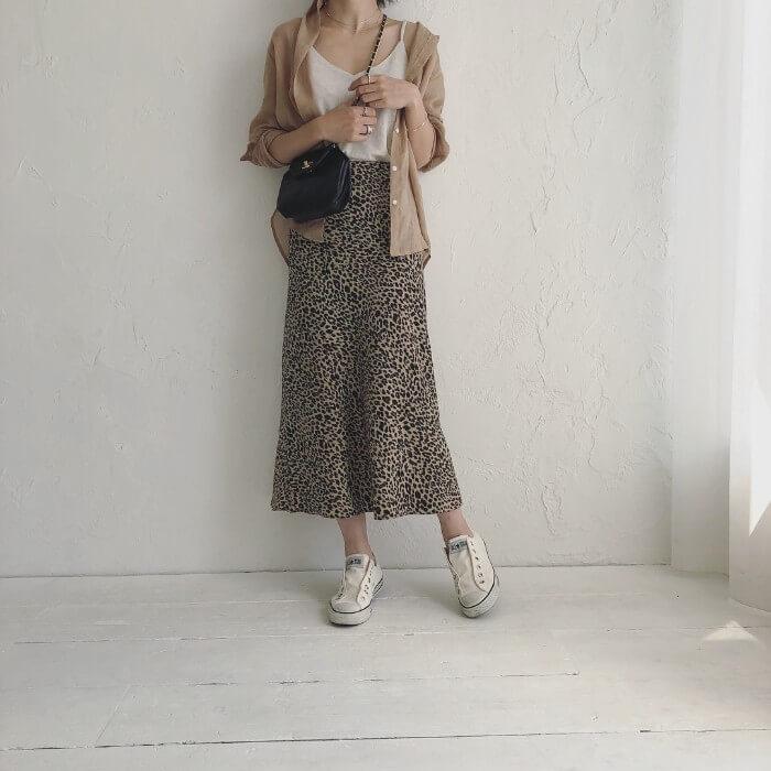 ベージュシャツ×白キャミソール×レオパード柄スカートのコーデ画像
