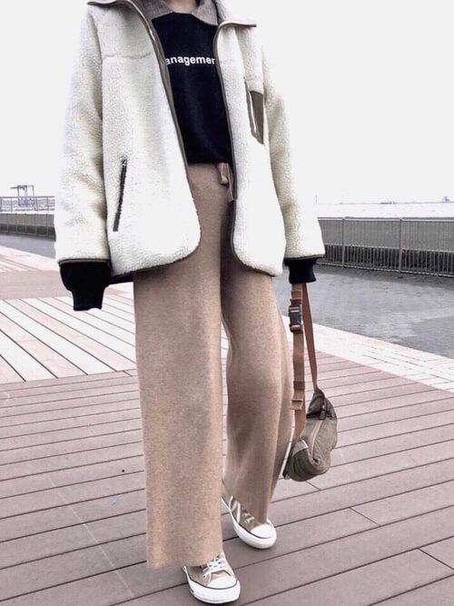 ボアジャケット×ニットパンツのコーデ画像