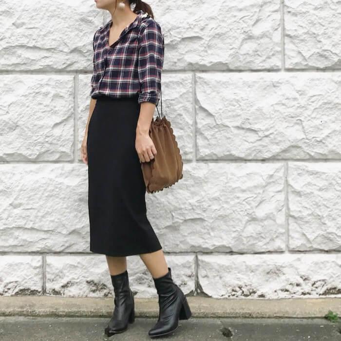 フランネルシャツ×黒タイトスカートのコーデ画像