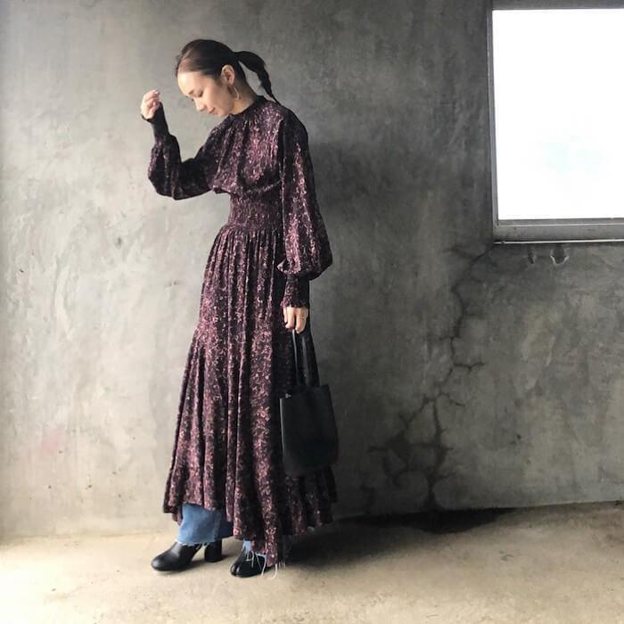 黒花柄ワンピース×デニムのコーデ画像