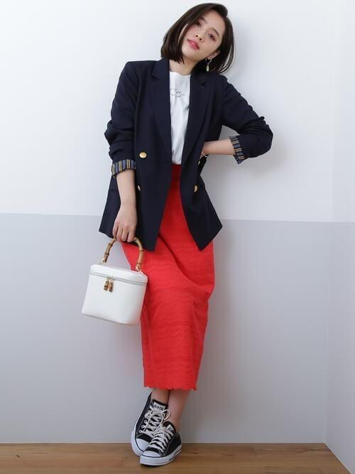 カーキジャケット×白インナー×赤ロングタイトスカートのコーデ画像