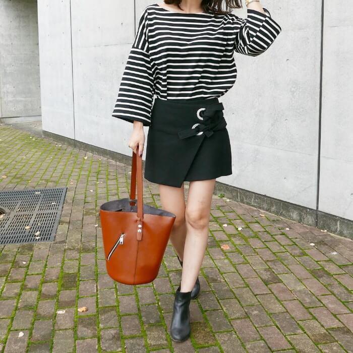 ボーダーTシャツ×黒ミニスカート×黒ショートブーツのコーデ画像