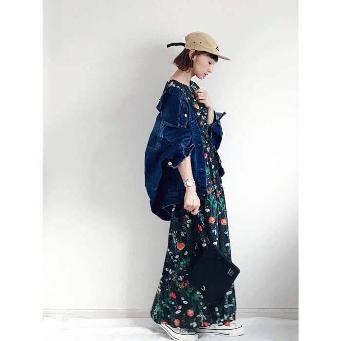 花柄ロングワンピース×オーバーサイズデニムジャケットのコーデ画像