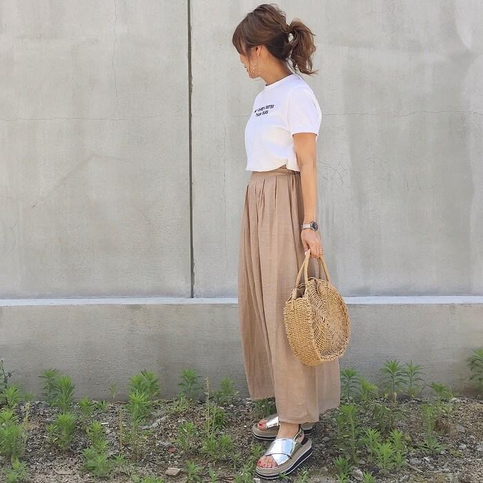 白プリントTシャツ×ベージュフレアパンツのコーデ画像