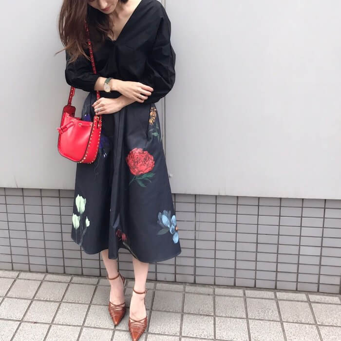 花柄フレアスカート×赤バッグのコーデ画像