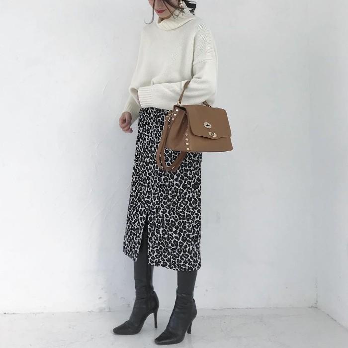 白ニット×レオパード柄スリットスカートのコーデ画像