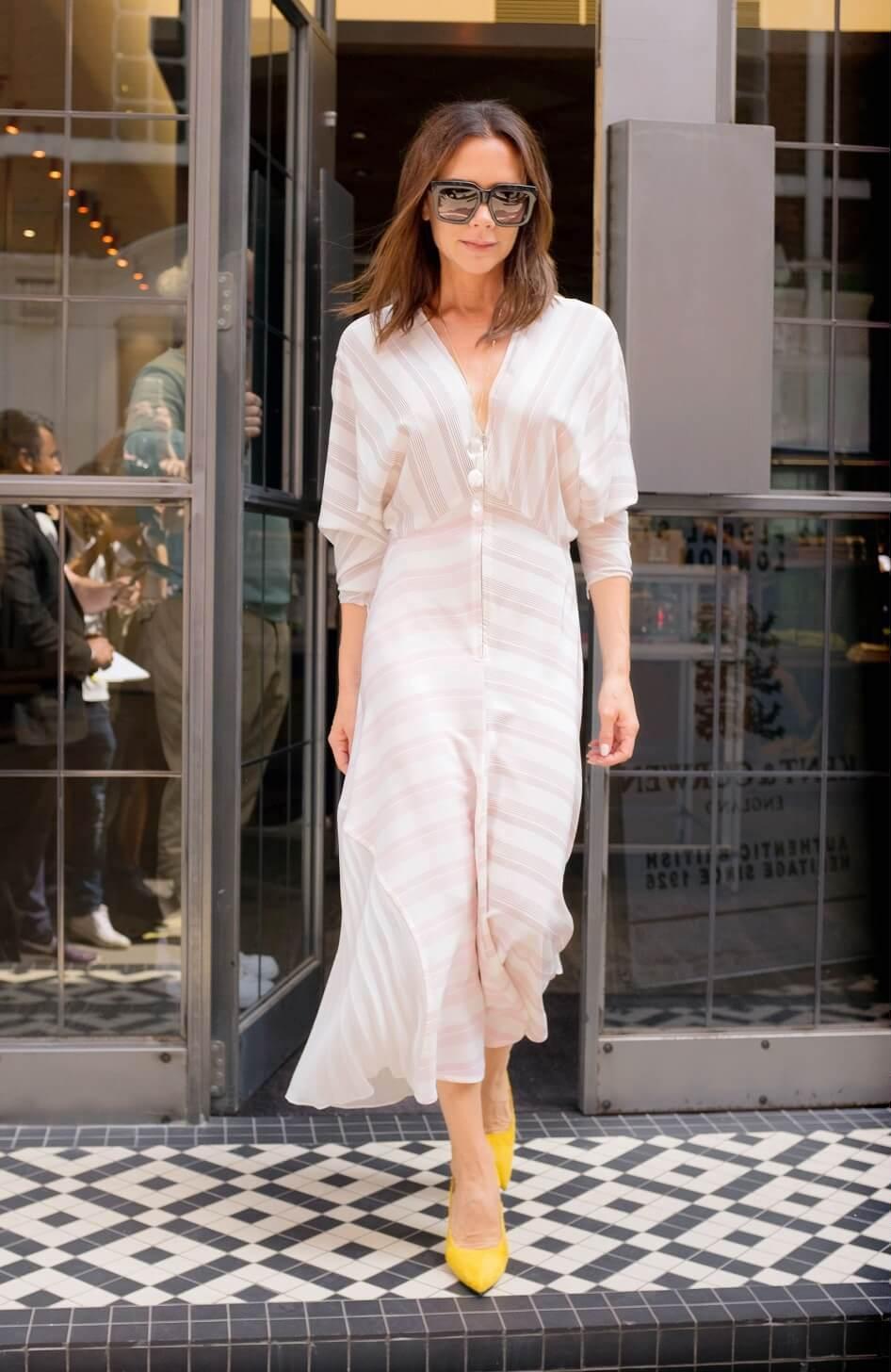 ヴィクトリア・ベッカムの私服ファッション写真(白のドレス)