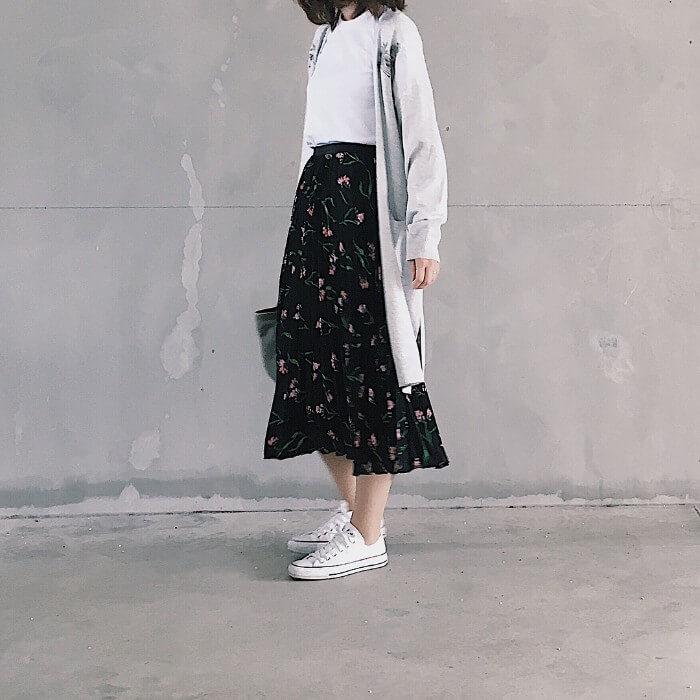 ロングカーディガン×黒花柄フレアスカート