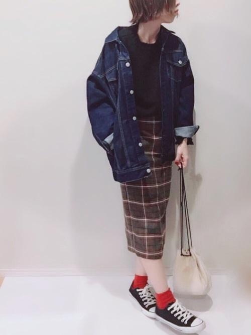 デニムジャケットとグレンチェックスカートのコーデ画像