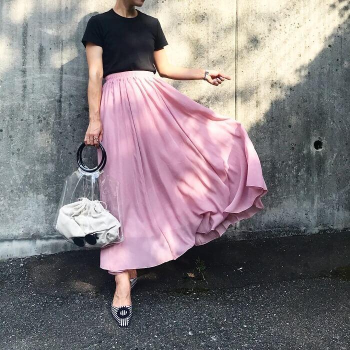 くすみピンク色マキシスカート×黒Tシャツ×クリアバッグのコーデ画像