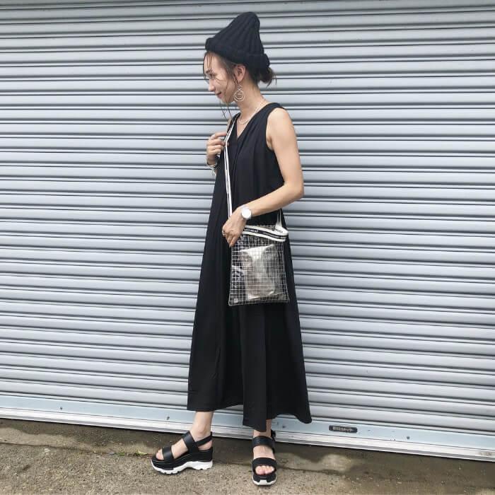 黒ニット帽×黒ロングワンピースのコーデ画像