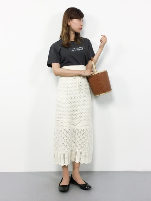 白レースタイトスカート×黒Tシャツのコーデ画像