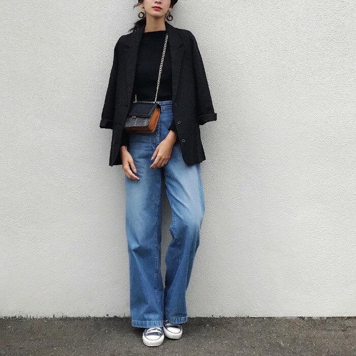 黒ジャケット×黒トップス×デニムワイドパンツのコーデ画像