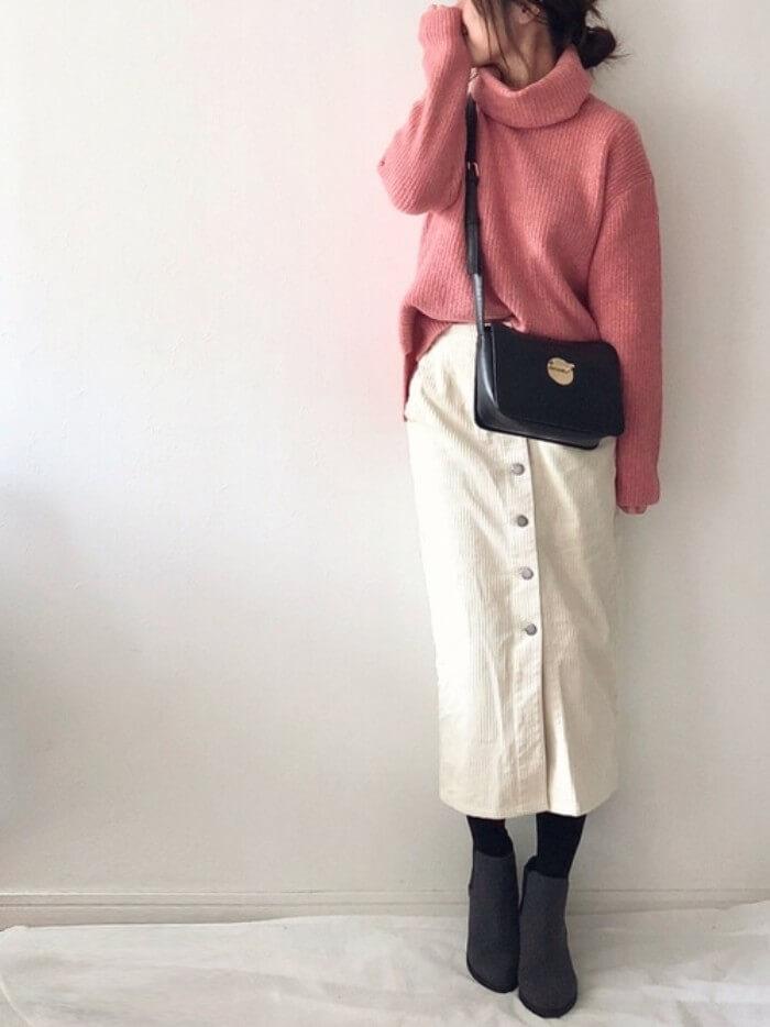ピンクニット×白コーデュロイタイトスカートのコーデ画像