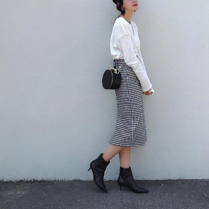 白ロングスリーブTシャツ×チェック柄タイトスカートのコーデ画像