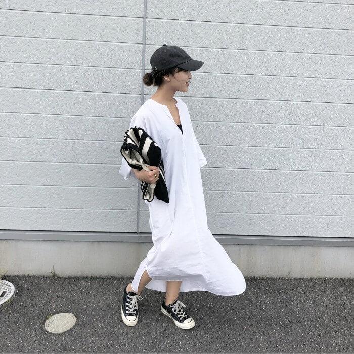 白シャツワンピース×黒キャップ×黒スニーカーのコーデ画像