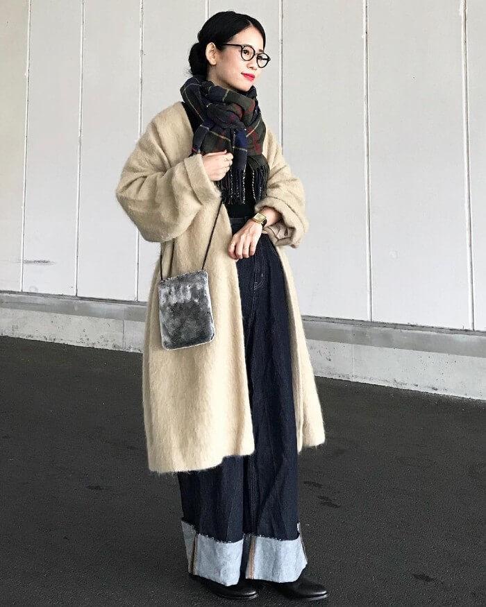 ロールアップデニム×黒ブーツ×シャギーコートのコーデ画像