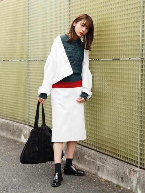 白デニムジャケットと白タイトスカートの画像