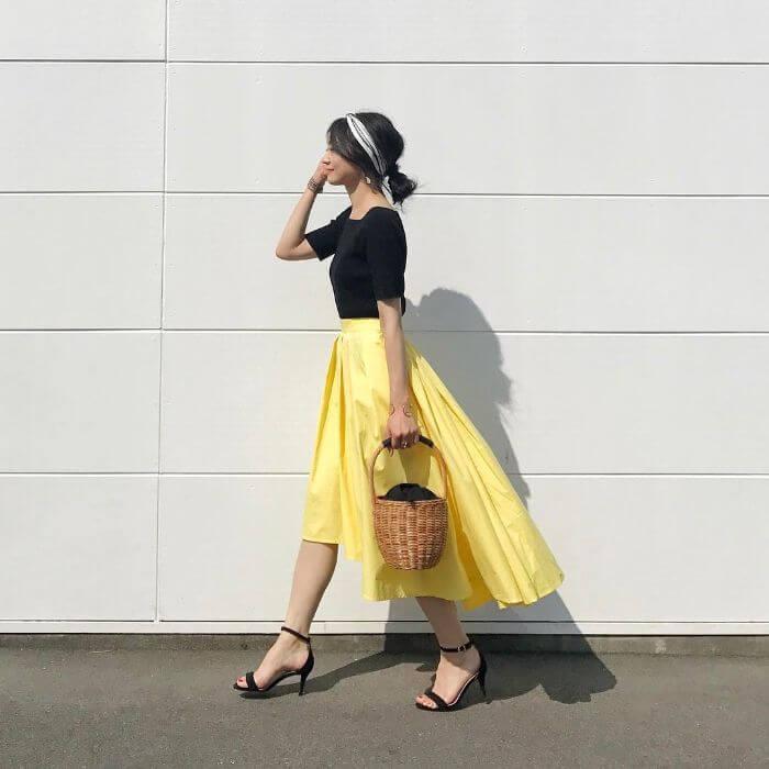 黒カットソー×イレギュラーヘムイエロースカートのコーデ画像