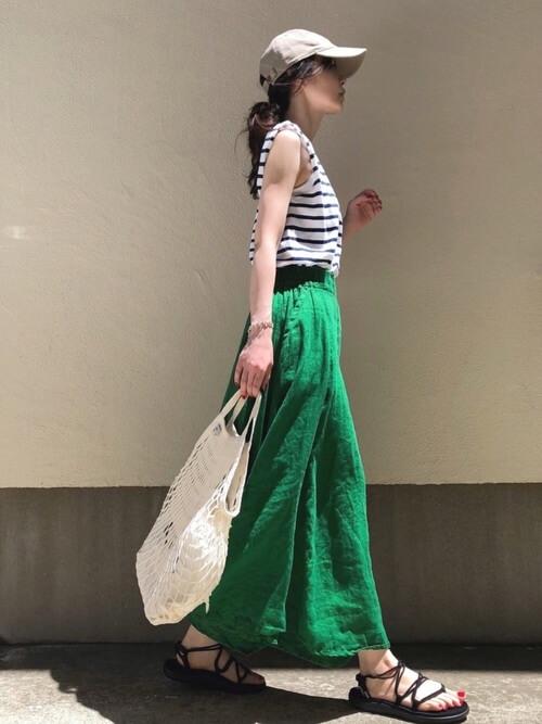 ベージュキャップ×ボーダーノースリーブ×緑ロングスカートの春夏コーデ画像