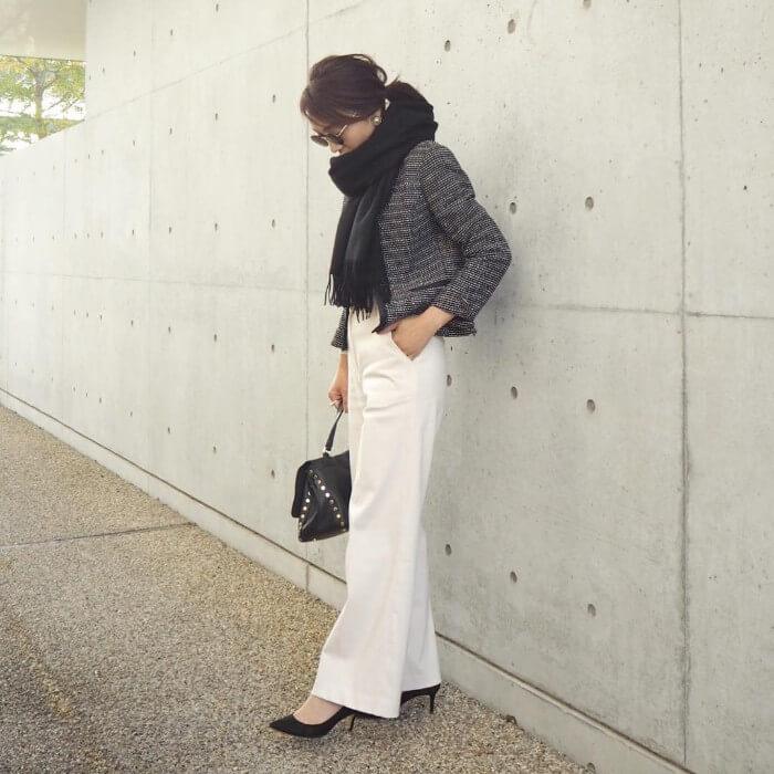 グレーツイードジャケット×白ワイドパンツのコーデ画像