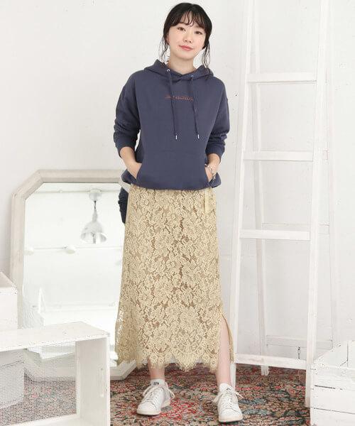 ベージュレーススカート×白スニーカーのコーデ画像