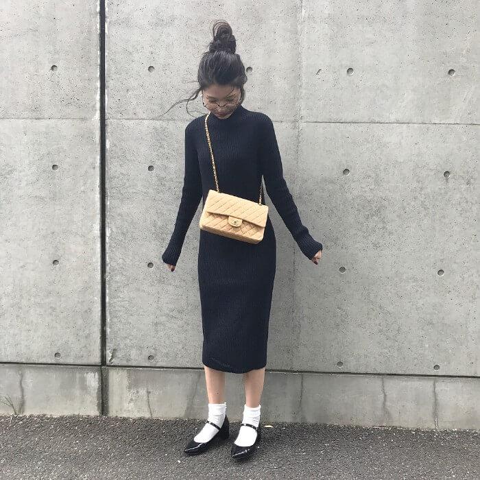 黒ニットワンピース×白靴下のコーデ画像